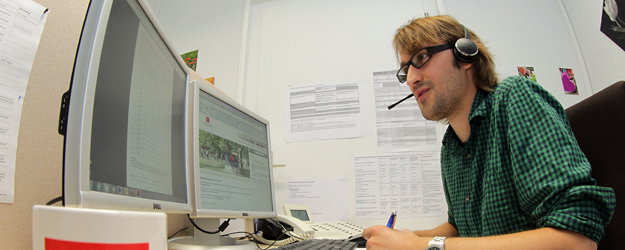 Alexander Bechtel working in the Student Service Hotline team (photo: Stefan F. Sämmer)