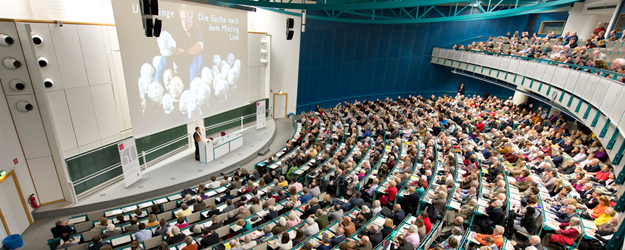 "As curtain raiser to his lecture series ""Out of Africa: Zur Globalgeschichte des Homo sapiens"", Professor Dr. Friedemann Schrenk takes his audience back to the roots of humanity.(photo: Peter Pulkowski)"