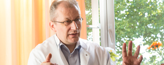 PD Dr. Detlef Becker is head of the photodynamic therapy unit at the Department of Dermatology at the Mainz University Medical Center. (photo: Peter Pulkowski)